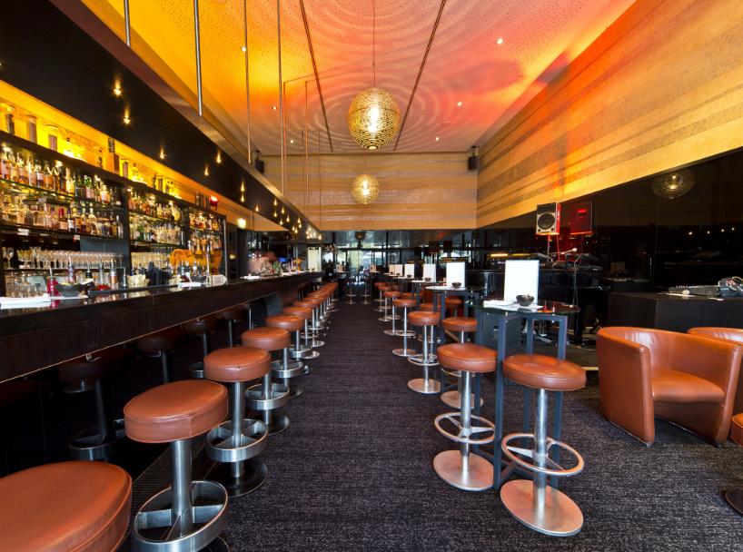 wie w r s mit einem old fashioned in harry s new york bar berlin die ikone west berlins wurde. Black Bedroom Furniture Sets. Home Design Ideas