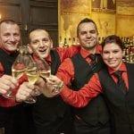 Das Bar Team stößt auf die Auszeichnung an.