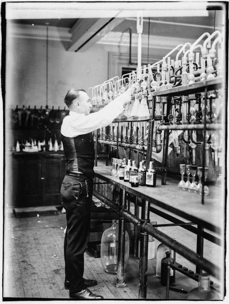 Ein Chemiker testet konfiszierten Alkohol