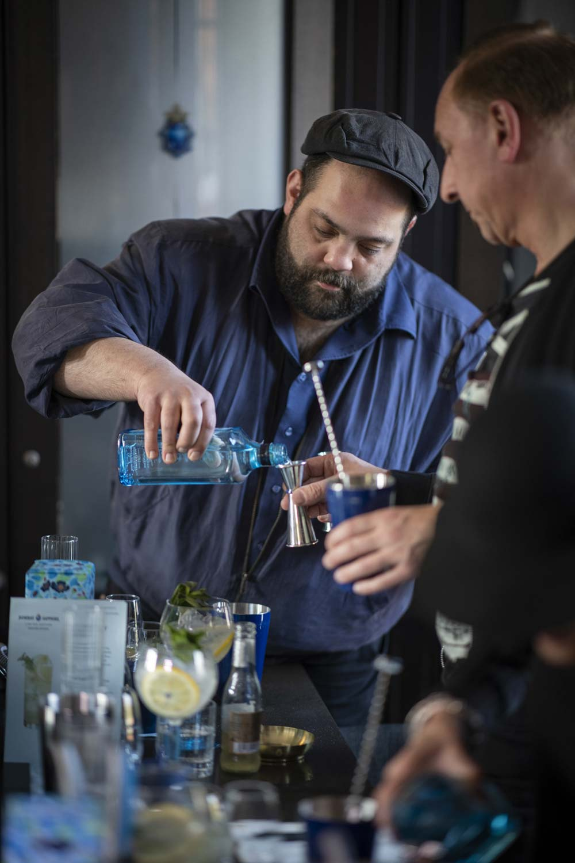 Maruan Paschen auf Destilleriebesuch beim Bombay Sapphire | Mixology — Magazin für Barkultur