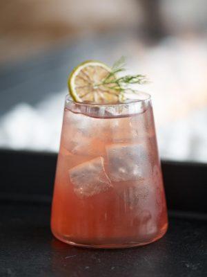 Feine Cocktails im Aurora Rooftop Bar im Andaz Hotel München