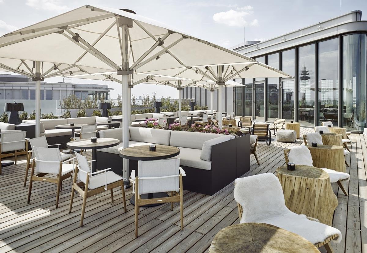 Die Dachterrasse der Aurora Rooftop Bar im Andaz Hotel München