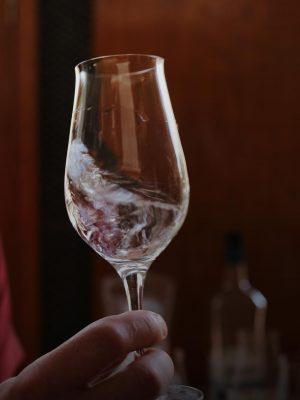 ... dann wir die Spirituose im Glas geschwenkt...