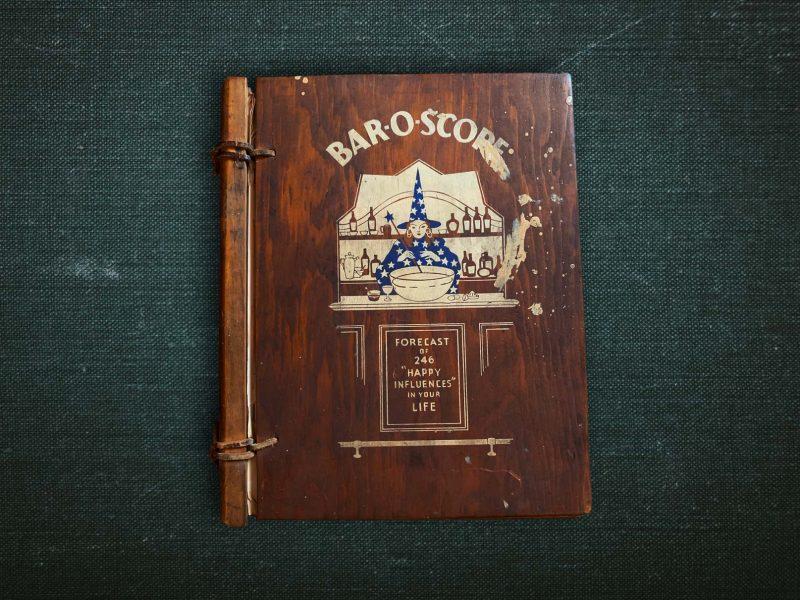 Das 1939 erschienene Bar-o-Scope ordnet Cocktails nach Sternzeichen. Über ein Werk, das skurilles Plagiat und mutiger Re-Import in einem