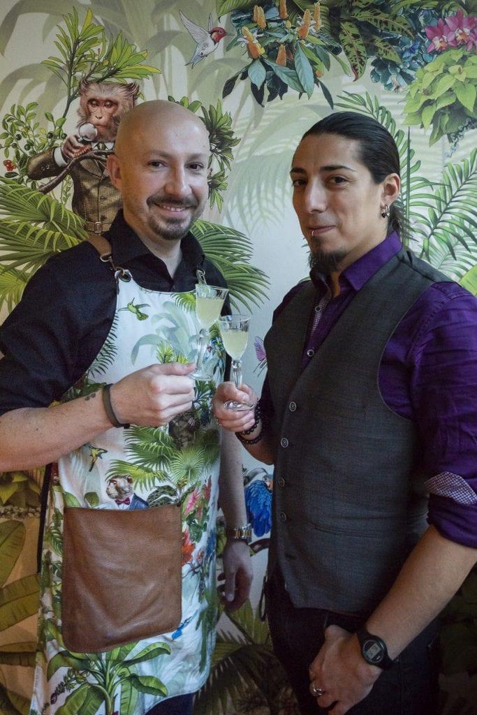 Dariusz Rucki (links) und Bartender Diego Aspra