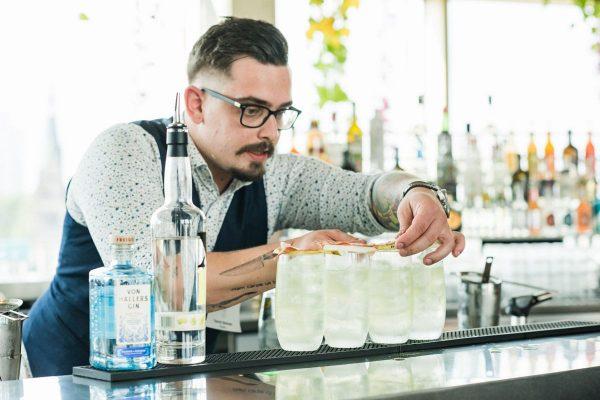 Yannick Bertram kombinierte Gin und geflämmten Speck