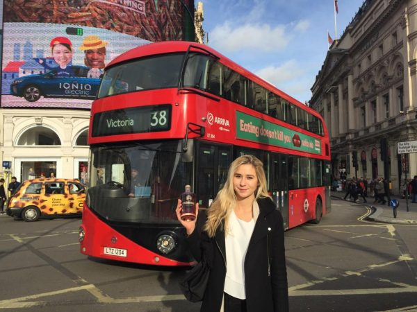 """London wurde in alle Himmelsrichtungen erkundet. Immer im Rucksack: einige Flaschen """"Schrödinger's Katzen Gin"""" und """"Pussanga"""""""